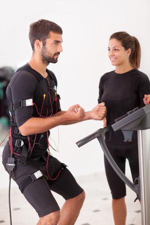man oefening romp-voorover buigen met ems stimulatie