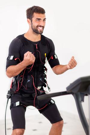 homme travaillant sur la machine électro stimulation musculaire Banque d'images