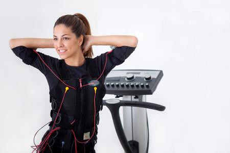 ajustement femme exercice sur la machine musculaire électro