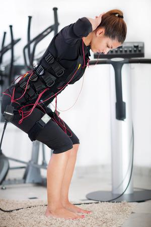 Fit woman exercice sur la machine musculaire électro Banque d'images