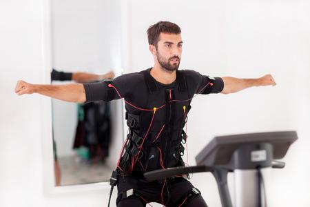 bon homme exercice sur la machine électro stimulation musculaire