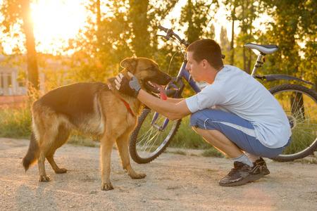 gelukkig man met een hond in het park na een gezamenlijke opleiding