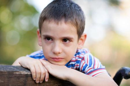 wees: eenzame jonge wees in het park te huilen Stockfoto