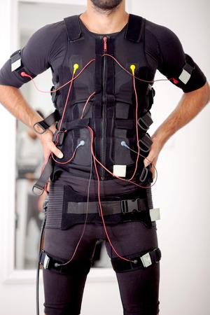 homme travaillant sur électro-linge de stimulation musculaire Banque d'images