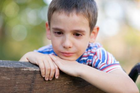 wees: eenzame wees in het park te huilen Stockfoto