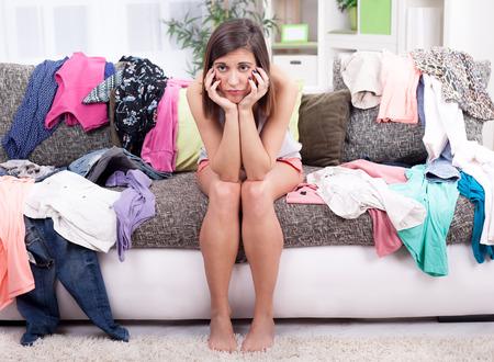 déprimée jeune fille ne sait pas quoi porter