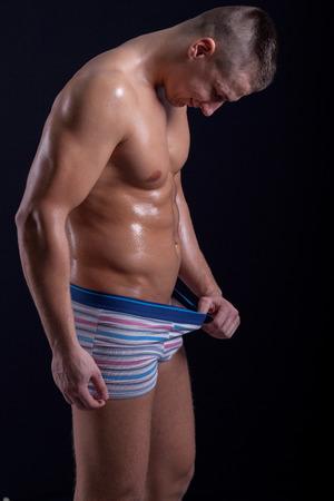 pantalones abajo: hombre mirando hacia abajo en sus pantalones