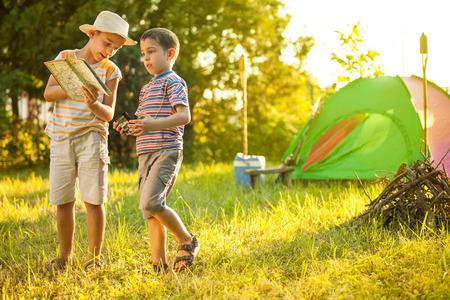Camp dans la tente - deux frères sur le camping Banque d'images
