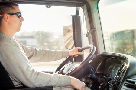 LKW-Fahrer sitzt in der Kabine Standard-Bild - 39658974