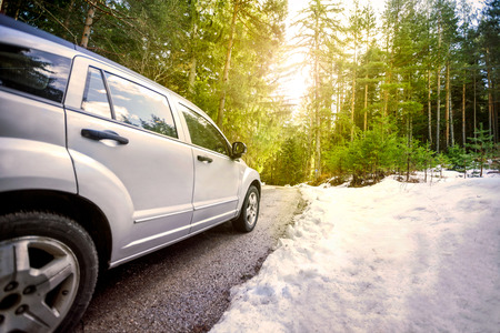 voyage en voiture dans la ville ensoleillée route forestière