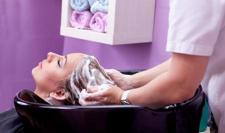lavandose las manos: lavado del cabello en un salón de peluquería