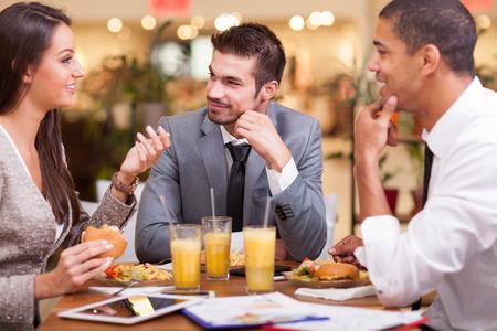 les employés de bureau sur le déjeuner au restaurant