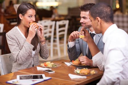 negocios comida: La gente de negocios que tienen reunión en restaurante al aire libre Foto de archivo