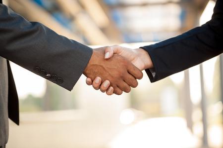 dando la mano: hombres y mujeres que estrechar la mano de negocios de la mano