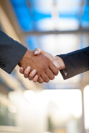 hand shake: hombres y mujeres que estrechar la mano de negocios de la mano