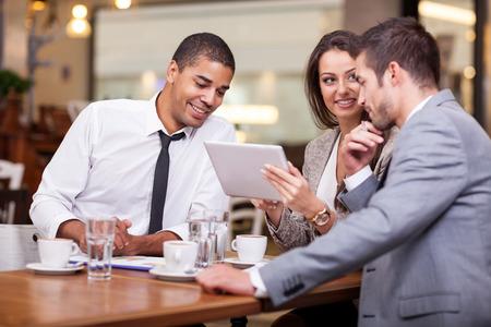 Trois jeune homme d'affaires sur une pause au restaurant, discuter de nouvelles idées et des projets