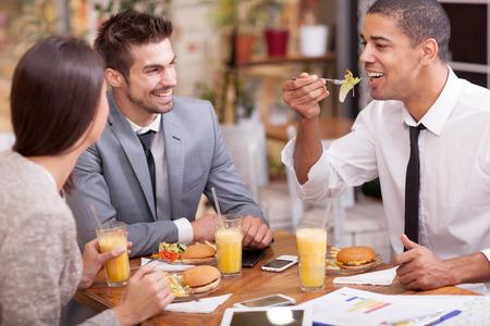 gente reunida: La gente de negocios que tienen reunión en restaurante al aire libre Foto de archivo