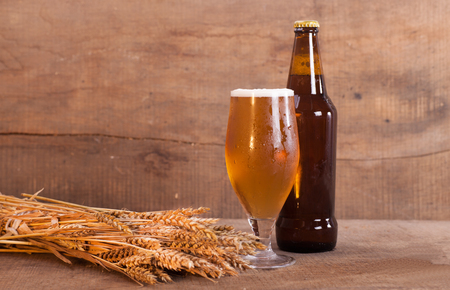 botellas de cerveza: bottle of beer and glass of beer