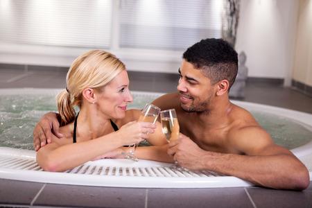 vin chaud: jeune couple couché dans le jacuzzi, le concept de l'amour romantique