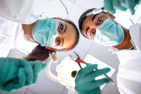 équipe dentaire aide le patient