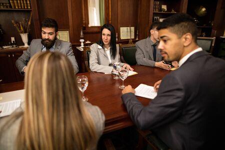 equipo de abogado o exitoso hombre de negocios en una reunión en la oficina