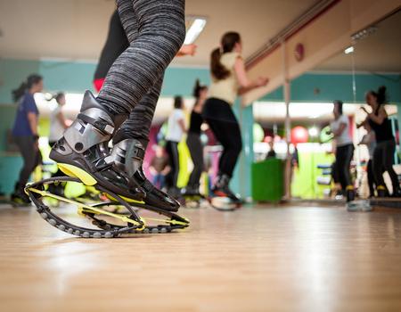 groupe de femme faisant des exercices de remise en forme avec des chaussures de kangoo