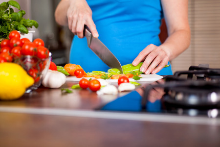 pot belly: Pregnant woman preparing a healthy meal in the kitchen
