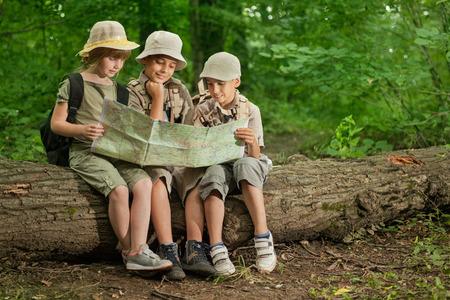Petit garçon et fille vont de la randonnée sur un chemin forestier