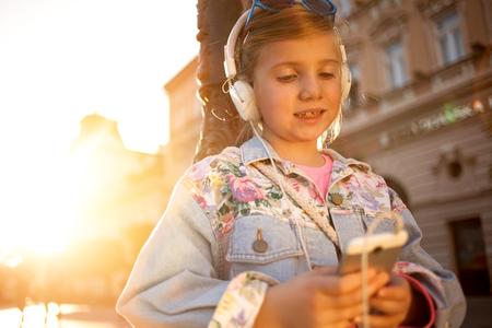 fille heureuse écoute la musique de son smartphone Banque d'images