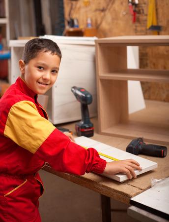 jeune garçon apprend l'artisanat des charpentiers