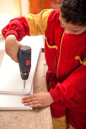 garçon, apprentissage, bois, découpage jeune charpentier travaillant dans un atelier