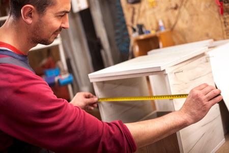 charpentier avec étalon en atelier