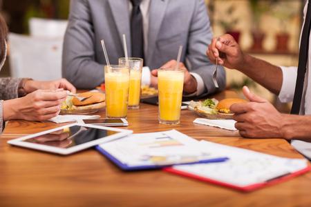 Les gens d'affaires Ayant Réunion Dans les restaurants fast-food Banque d'images