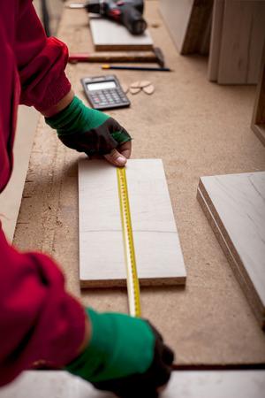 Homme avec concept de construction d'outils de charpentiers