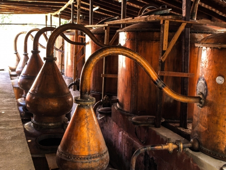 destilacion: Ollas de cobre en bodega peruana de Ica, Per� Foto de archivo