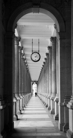 vary: Mill colonnade in Karlovy Vary in black and white (Czech Republic)