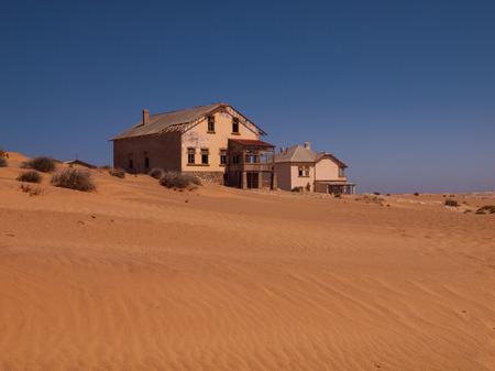 kolmanskop: Abandoned house in Kolmanskop ghost village  Namibia  Stock Photo