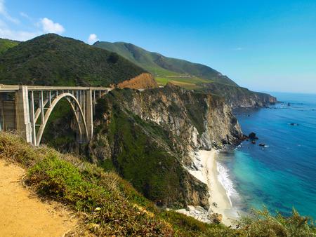 Brug op de Stille Oceaan rotsachtige kust (Big Sur, Californië) Stockfoto