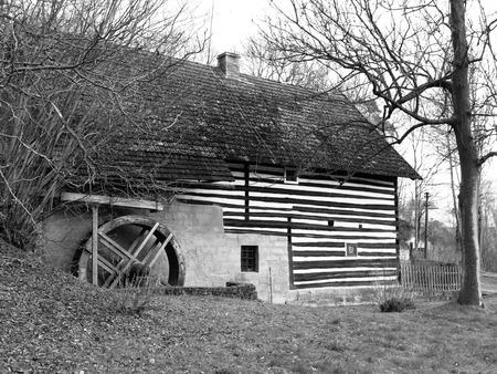 molino de agua: Molino de agua rural vieja con el antiguo molino de agua, negro y blanco