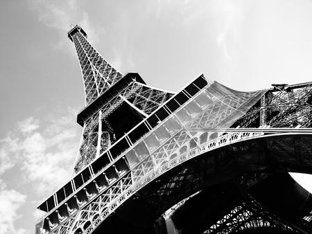 Vista desde abajo detallada de la torre Eiffel, París, negro y blanco Foto de archivo - 45644627