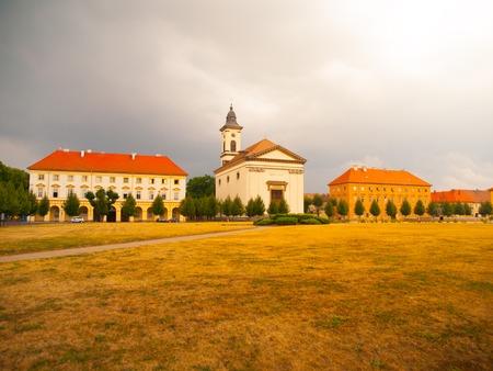 terezin: Piazza esercito cecoslovacco con la chiesa barocca a Terezin città fortezza, Repubblica Ceca Archivio Fotografico