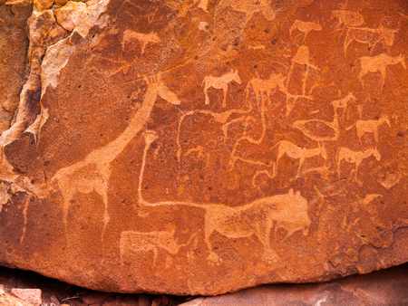 Prehistóricos grabados Bushman - Placa León con Lion hombre y otros animales y símbolos, Twyfelfontein, Namibia Foto de archivo - 48006440
