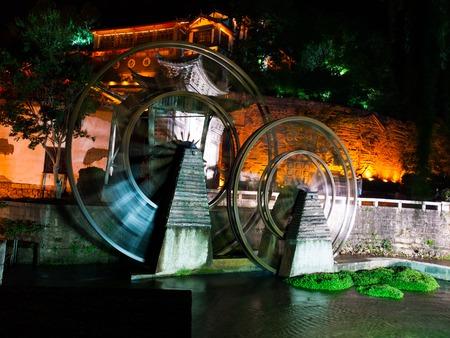 molino de agua: Vintage watermill wheel in Lijiang Old Town by night, Yunnan, China