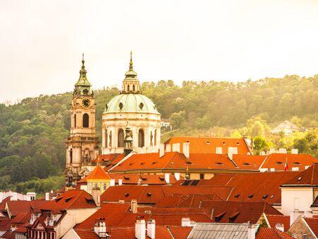 Robuuste barokke koepel van St. Nicolaas Cahtedral in de Mala Strana van Praag, Tsjechië Stockfoto