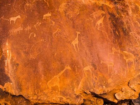トゥウェイフルフォンテーン ユネスコ世界遺産、クネーネ地域、ダマラランド、ナミビア、アフリカ花こう岩の石の彫版ブッシュマン。 写真素材