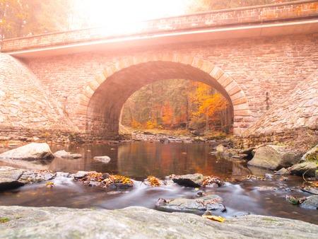 石橋川 Divoka Orlice Zemska ブラナ、Orlicke があり、またはワシ山、チェコ共和国で。秋の時間 写真素材
