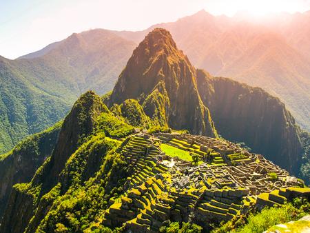 太陽に照らされたマチュピチュの古代インカの都市。ペルーのジャングルにインカの失われた都市の遺跡。ユネスコ世界遺産サイト、ペルー、南ア