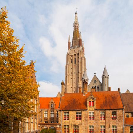 La tour gothique de l'église Notre-Dame de Bruges est la deuxième tour de briques la plus haute du monde. Banque d'images - 83188072