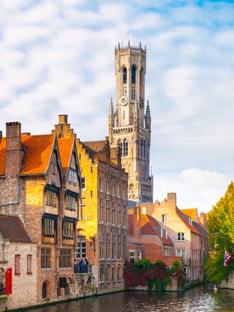 水路、ブルージュ、ベルギーの鐘楼とレンガの家。HDR 画像。