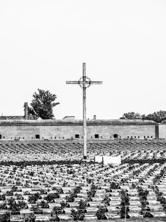 terezin: Cimitero commemorativo a piccola fortezza di Terezin, aka Theresienstadt, Repubblica ceca. Immagine in bianco e nero.